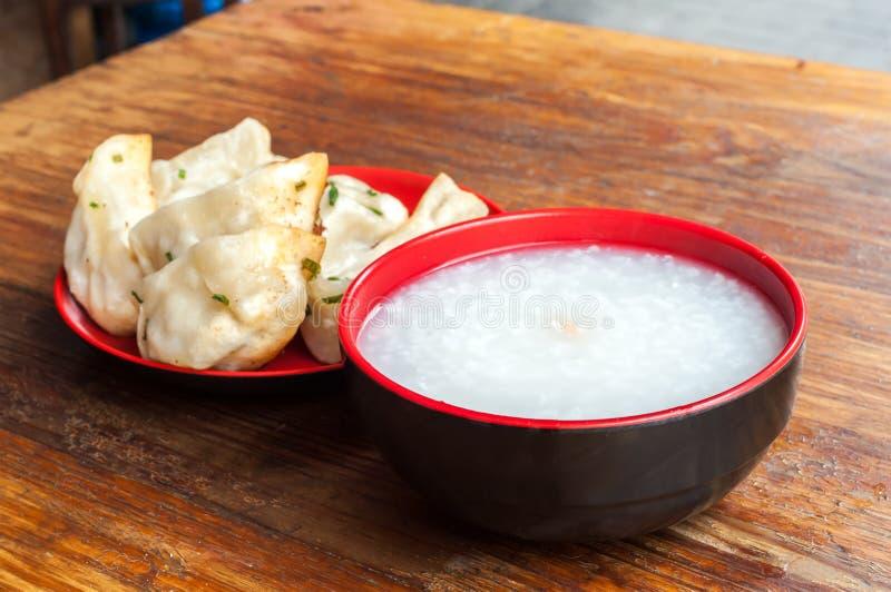鞠躬和油煎的猪肉饺子一顿典型的中国早餐  免版税图库摄影