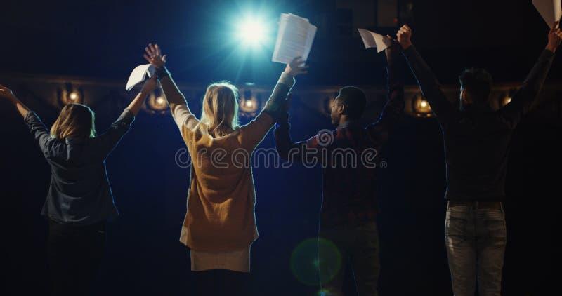 鞠躬对观众的演员在剧院 免版税库存照片