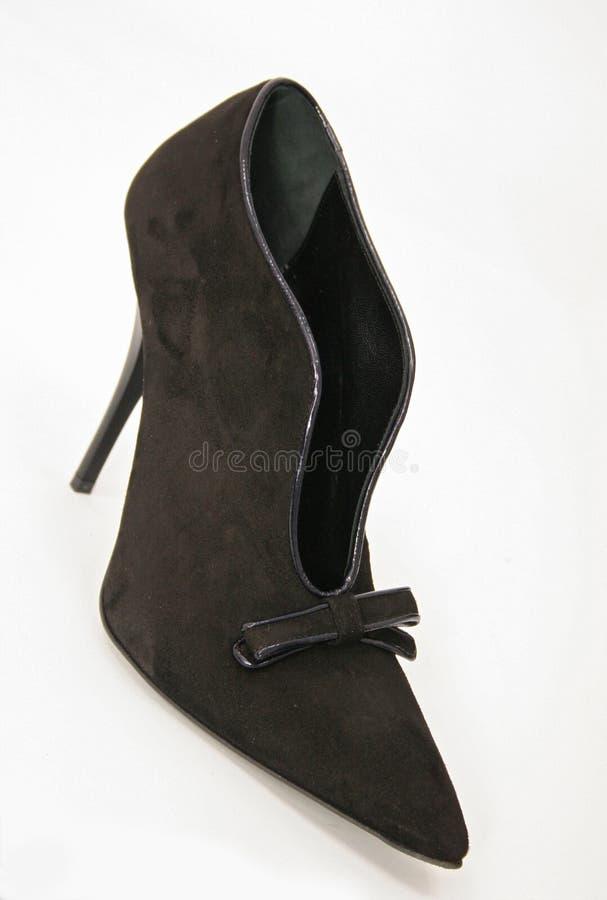 鞠躬棕色脚跟高鞋子绒面革妇女 免版税库存图片