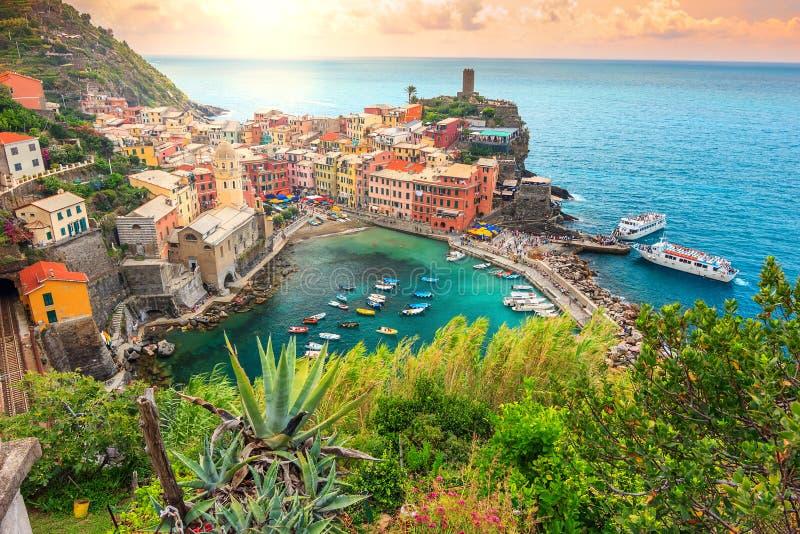 韦尔纳扎村庄和惊人的日出,五乡地,意大利,欧洲 免版税库存照片