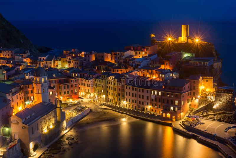 韦尔纳扎村庄在晚上,五乡地,意大利 免版税库存照片