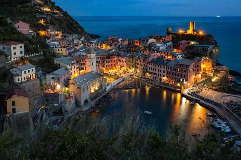 韦尔纳扎,意大利在晚上 库存照片