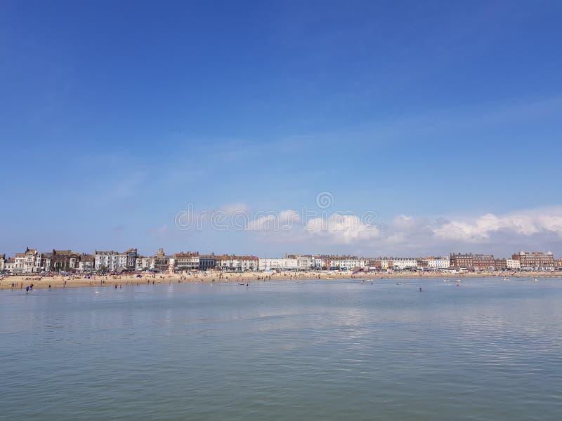 韦茅斯从海的海滩视图 库存照片