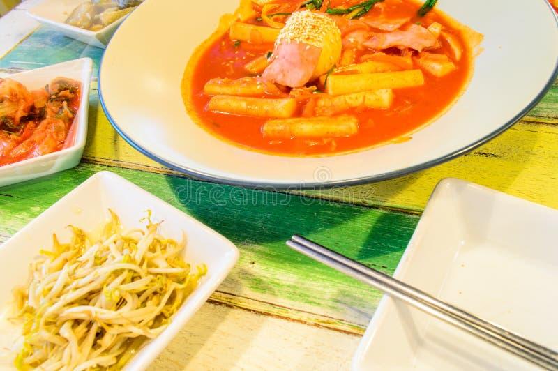 Tukbokki和煮沸的蛋顶部和Kimchi。 免版税库存图片