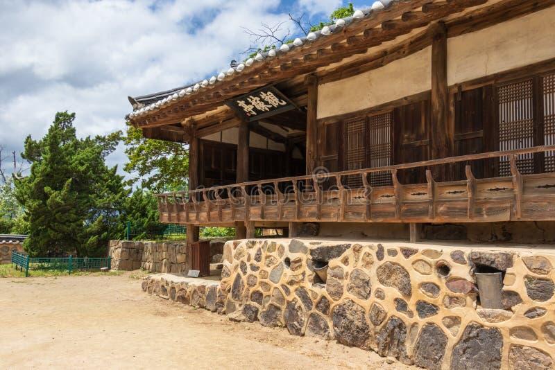 韩国传统风格大厦仓前空地和大厦门面在典型的国家边风景的阳东民间村庄 免版税图库摄影