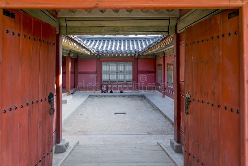 韩国传统建筑学-韩国传统红色木doo 库存照片
