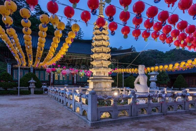 韩国佛教Woljeongsa寺庙大厦在庆祝buddhas生日的节日期间的 平昌郡,Gangwon省 免版税图库摄影