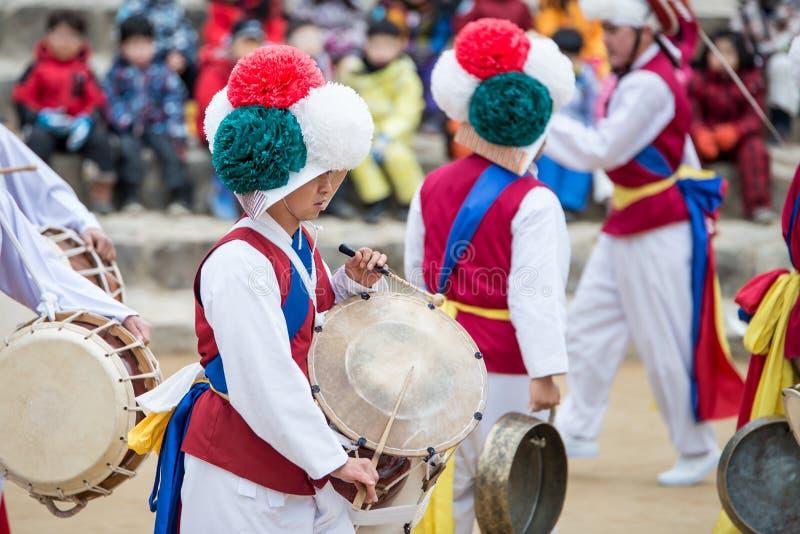 韩国民间舞蹈和音乐家 图库摄影