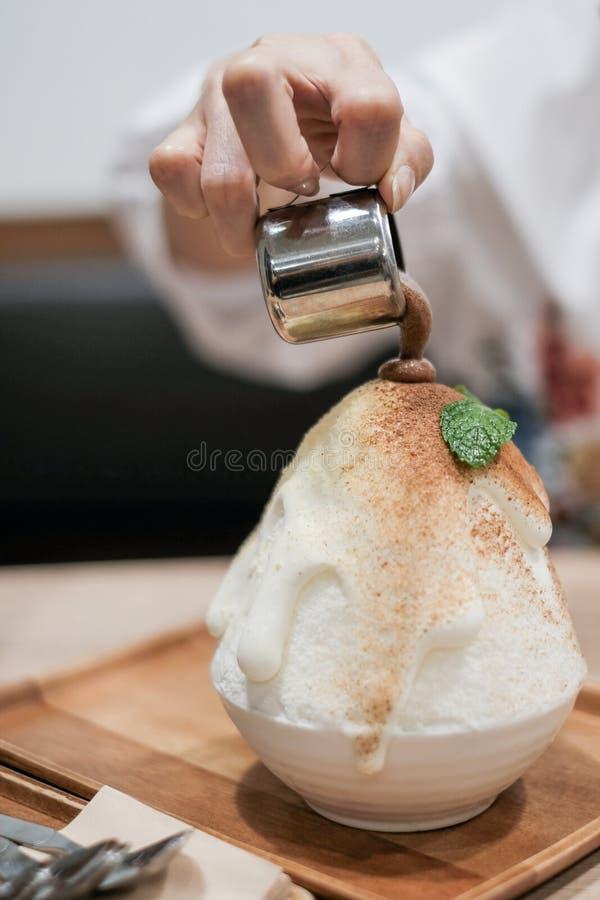 韩国点心上等咖啡咖啡Bingzu 热奶咖啡Binsu 在韩国样式的快餐或点心食物 库存图片