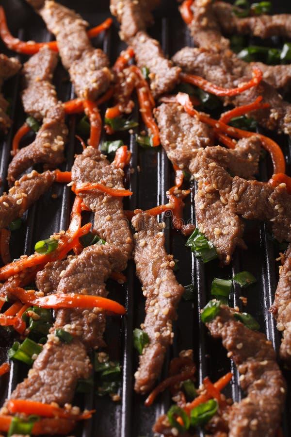 韩国烹调:烤宏指令bulgogi  垂直 库存图片