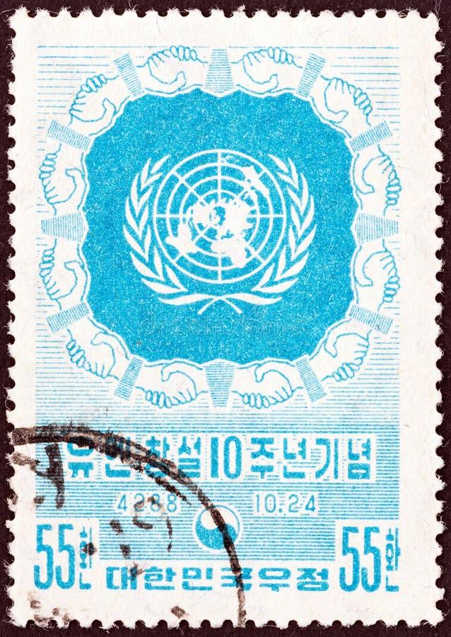 韩国-大约1955年:在韩国打印的邮票为联合国第10周年发布了显示象征,大约195 免版税图库摄影