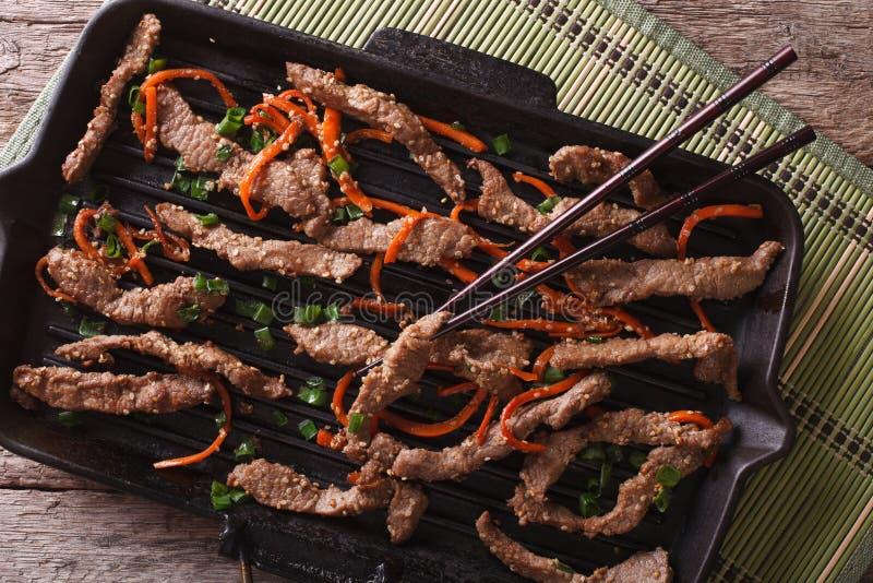 韩国bulgogi牛肉用在格栅平底锅特写镜头的红萝卜 水平 免版税库存照片