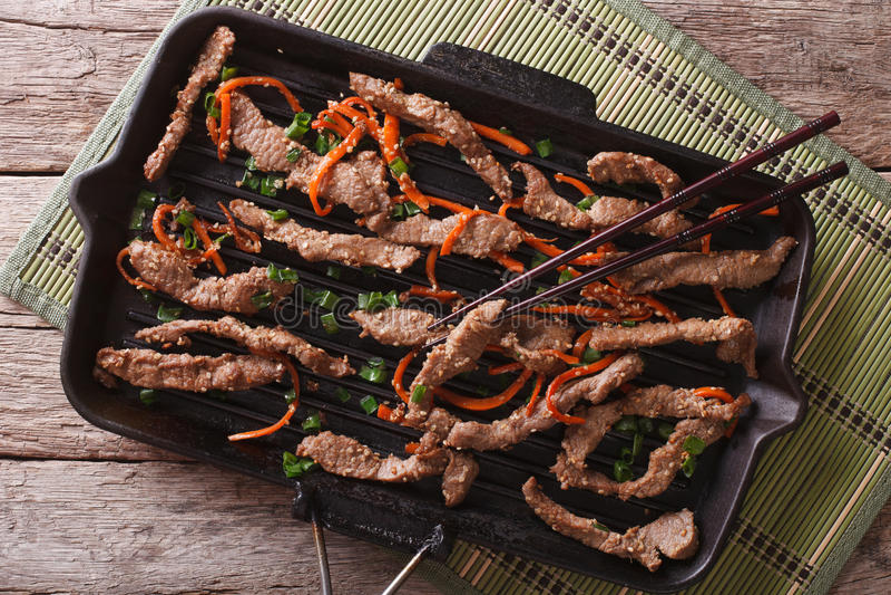 韩国bulgogi牛肉用在格栅平底锅的红萝卜 水平的上面竞争 库存图片