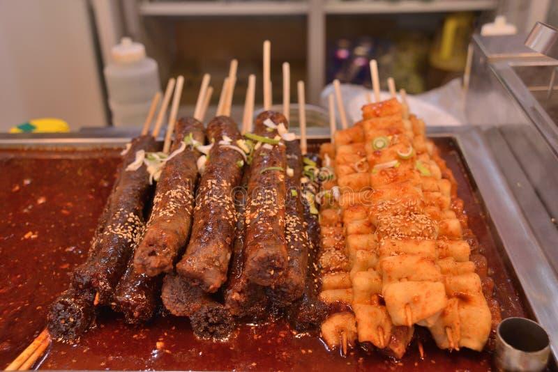 韩式香肠牛肉鸡棍子串 免版税库存照片