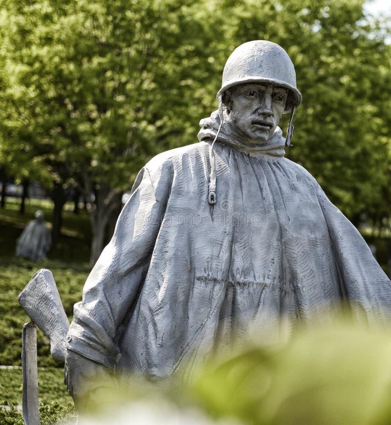 韩战战士雕象 库存图片