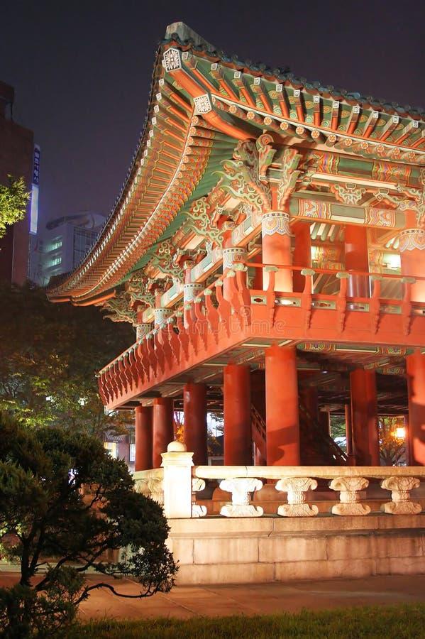 韩文照明设备晚上寺庙 库存照片