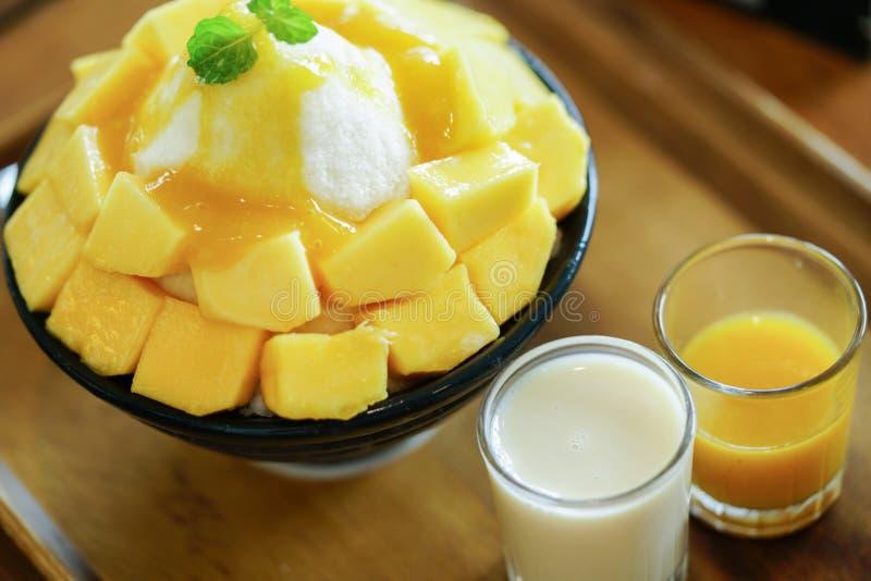 韩语刮了新鲜的芒果冠上的牛奶冰 免版税库存图片