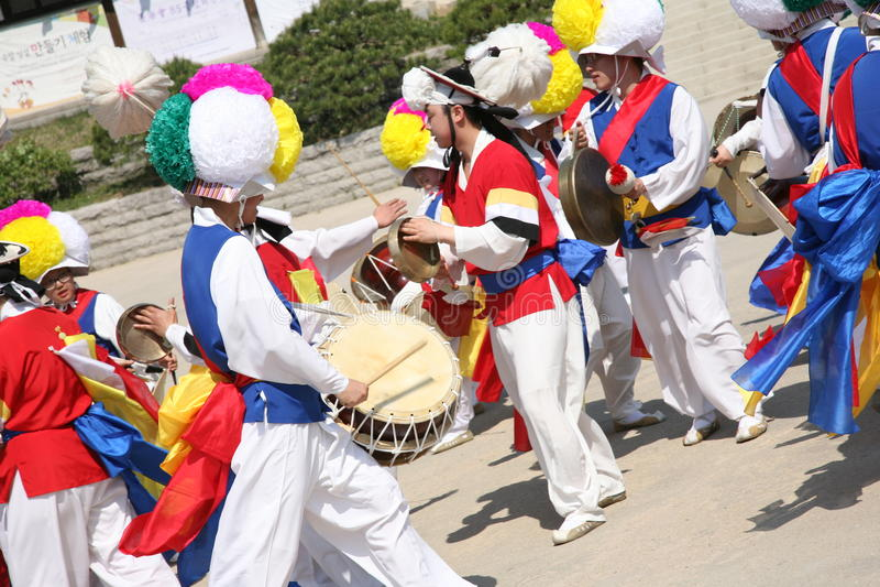 韩语的舞蹈家,传统鼓 库存图片