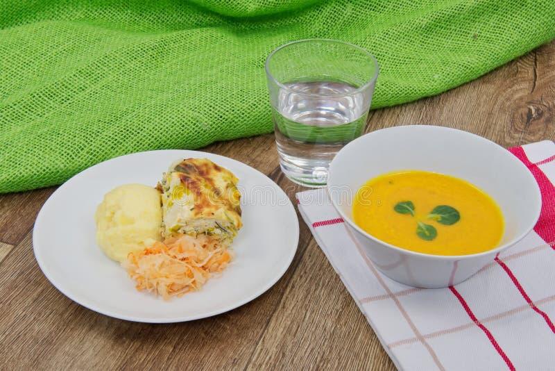 韭葱烤宽面条和土豆饲料用红萝卜汤 库存照片