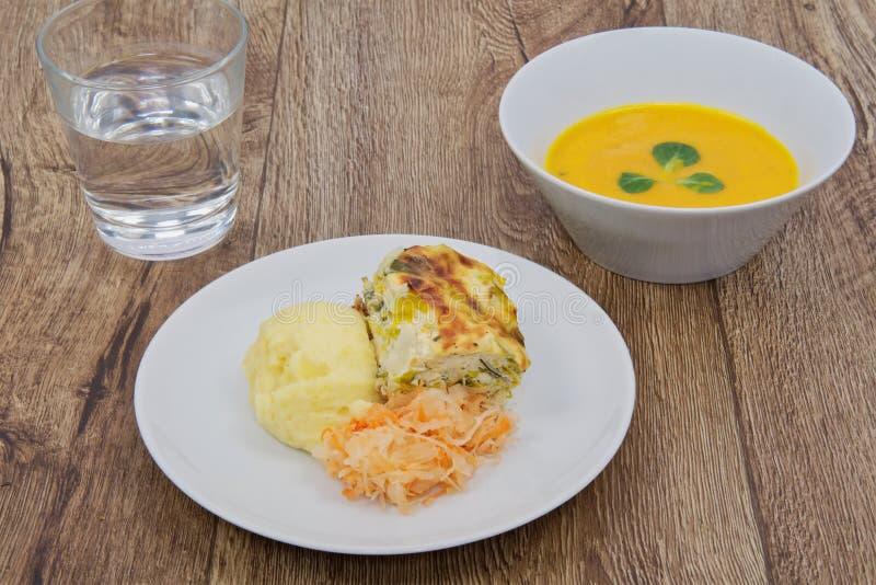 韭葱烤宽面条和土豆饲料用红萝卜汤 库存图片