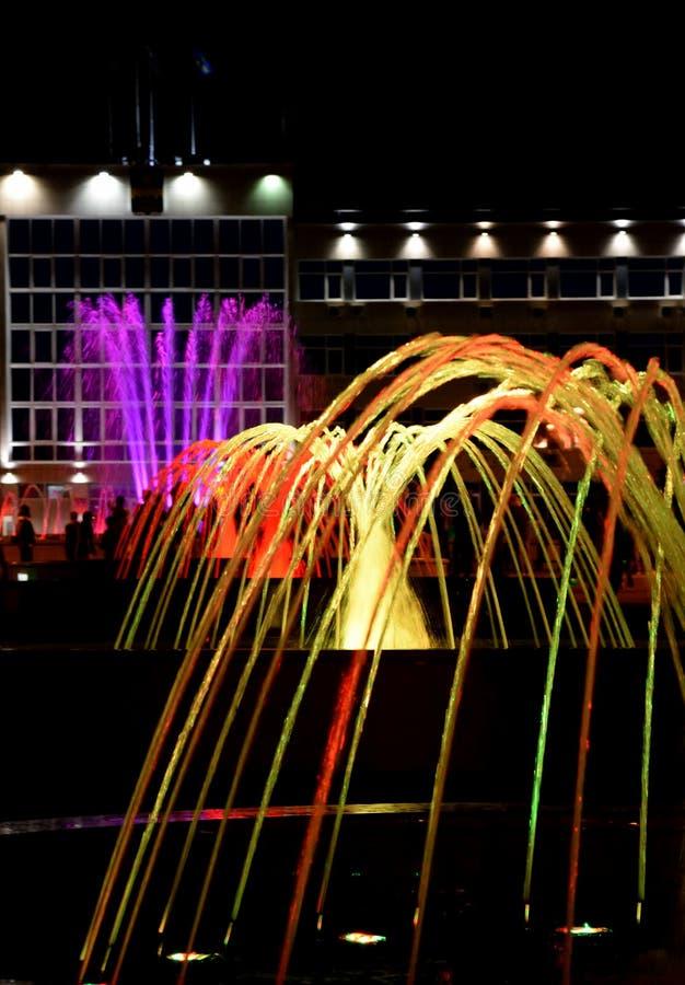 音乐五颜六色的喷泉在阿纳帕,克拉斯诺达尔边疆区,俄罗斯游览城市的中心 库存照片