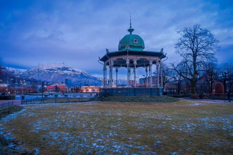 音乐亭子五颜六色的卑尔根Byparken眺望台的卑尔根,挪威- 2018 4月03日,室外视图在市中心 免版税图库摄影