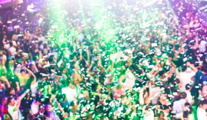 音乐会与dj p的节日事件被弄脏的defocused背景  库存图片