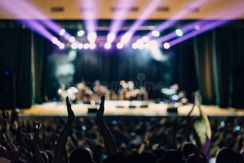 音乐会场面点燃人三张相同和二张相同的牌 免版税库存照片