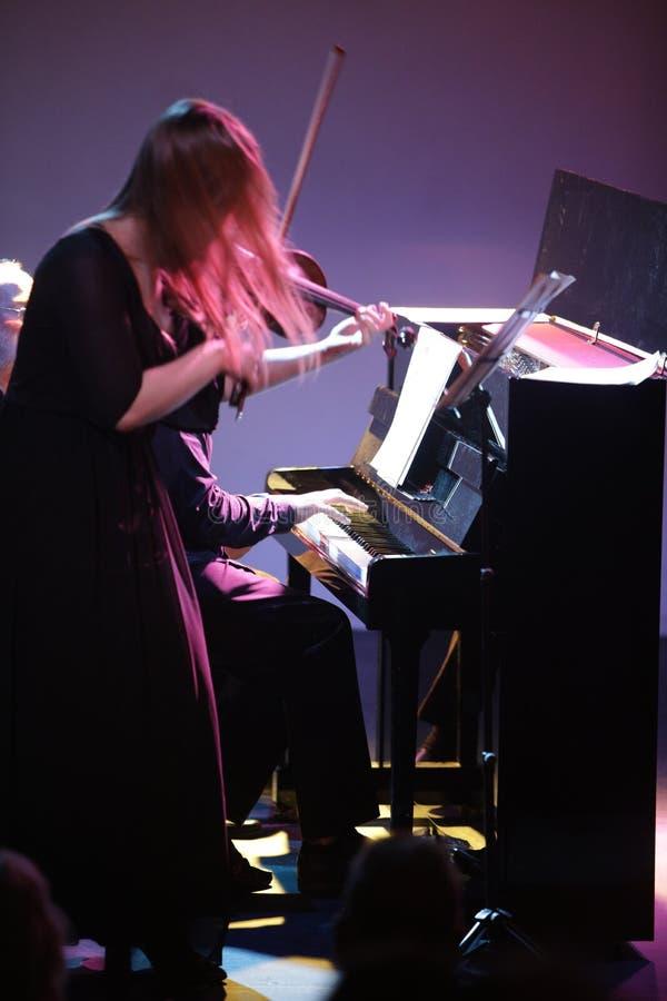 音乐会小提琴手和钢琴演奏家energentuc二重奏的 图库摄影