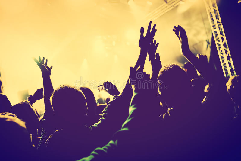 音乐会,迪斯科聚会 人们用手在夜总会 库存图片