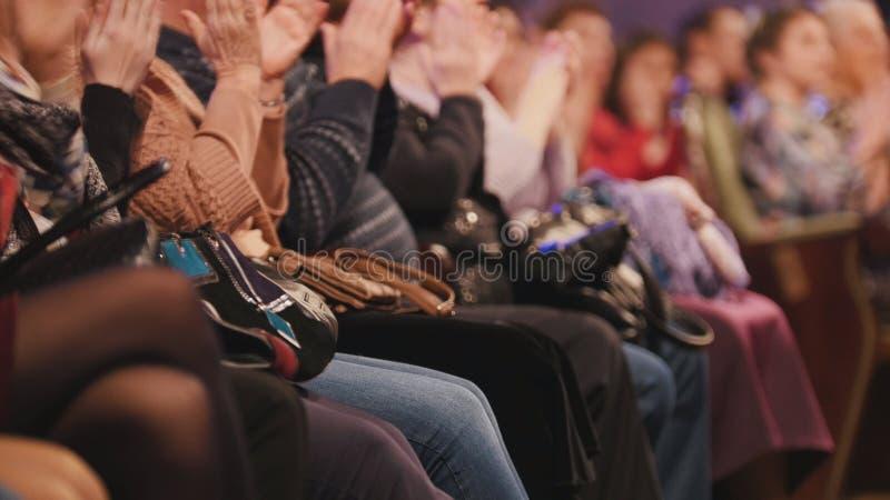 音乐厅的观众赞许在阶段的表现 免版税库存图片