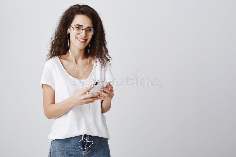 音乐可能告诉关于人的全部 美丽的聪明的白种人妇女画象有卷发的在圆的eyewear藏品 库存照片