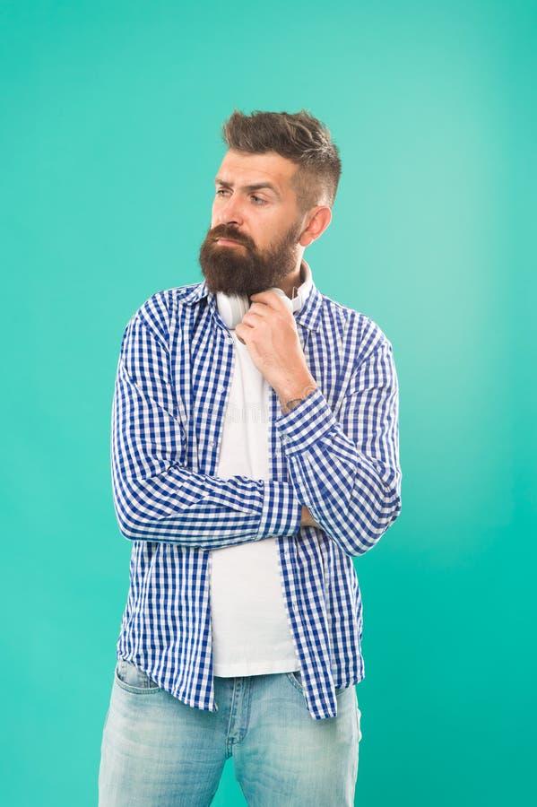 音乐图 有胡子听的音乐的行家 英俊的音乐爱好者 耳机的人 放出最熟悉内情的站点和 免版税库存图片
