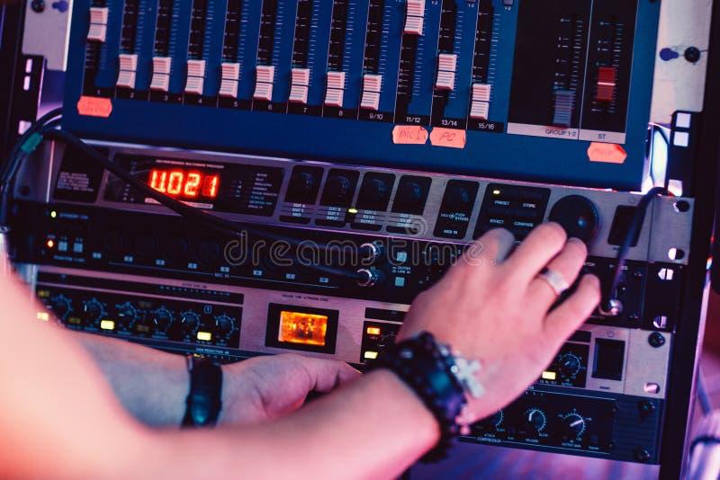 音乐家在录音室调整合理的盘区 免版税库存照片