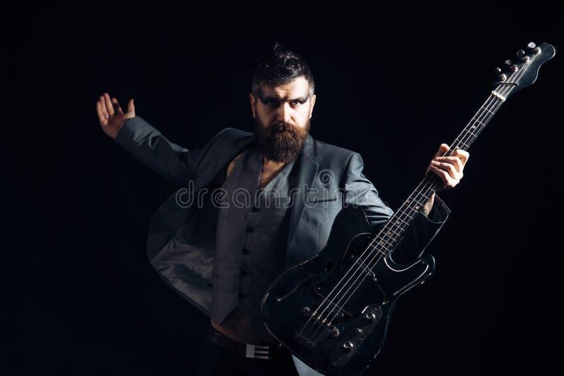 音乐家或音乐播放器 有胡子的音乐家戏剧吉他 有电吉他的音乐家 有串的岩石音乐家 库存图片