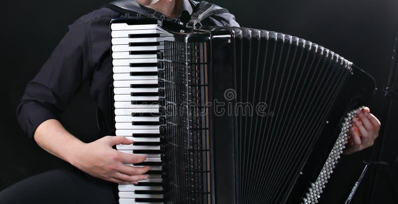 音乐家播放手风琴 免版税图库摄影