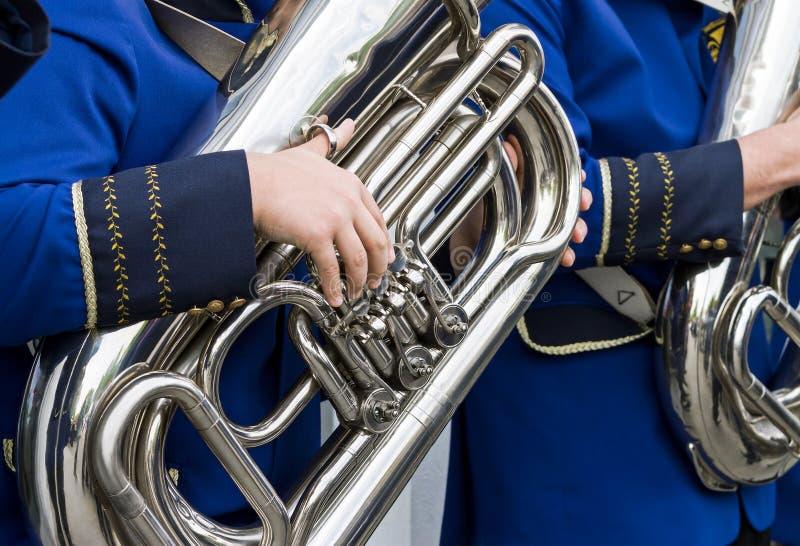 音乐家演奏在街道乐队的低音风琴 库存照片