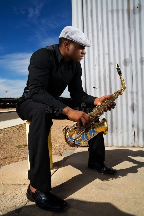 音乐家萨克斯管 免版税库存照片