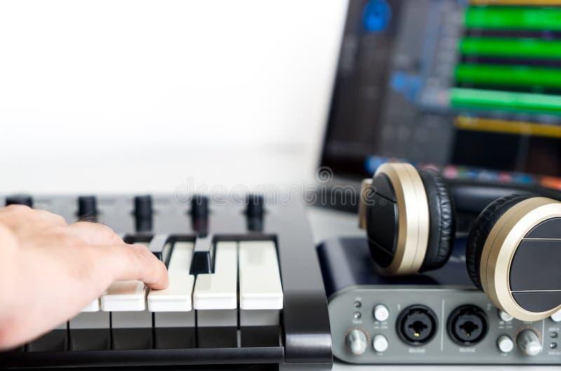 音乐家记录便携式计算机音乐演播室 库存照片