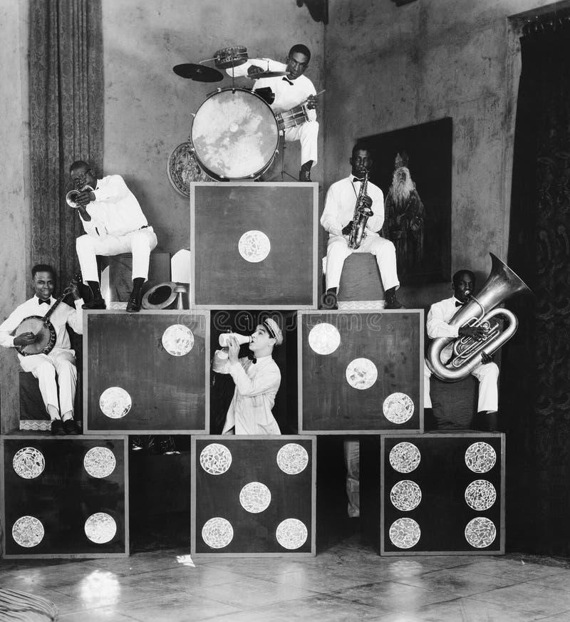 音乐家金字塔(所有人被描述不更长生存,并且庄园不存在 供应商保单将没有 免版税库存照片