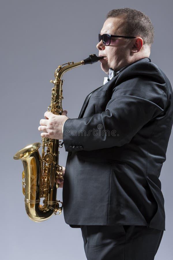 音乐想法和概念 成熟白种人萨克斯管画象  免版税图库摄影