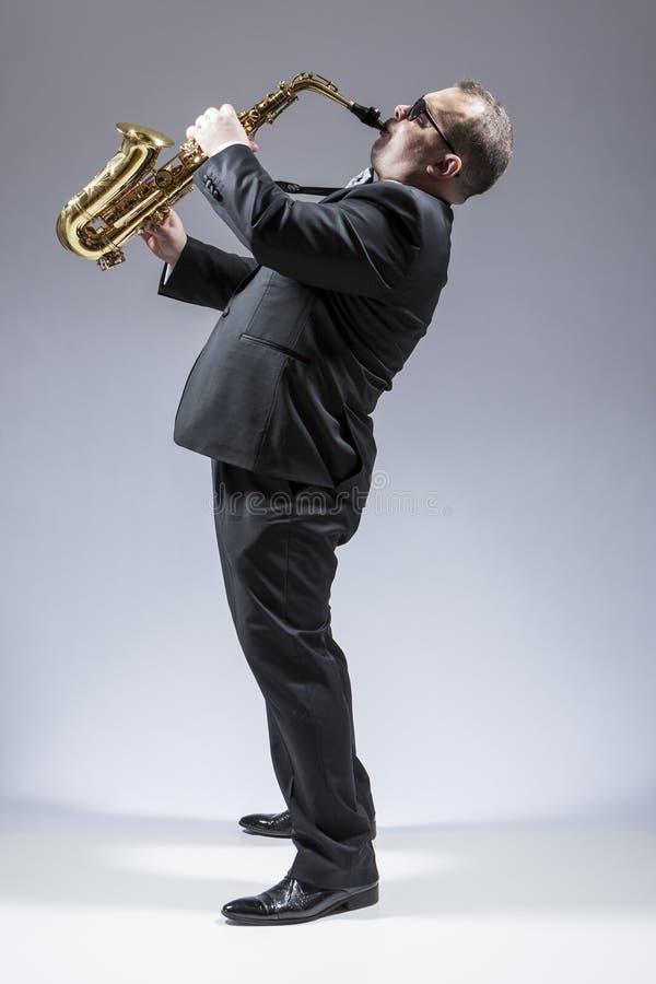 音乐想法和概念 成熟白种人萨克管演奏员画象  免版税图库摄影