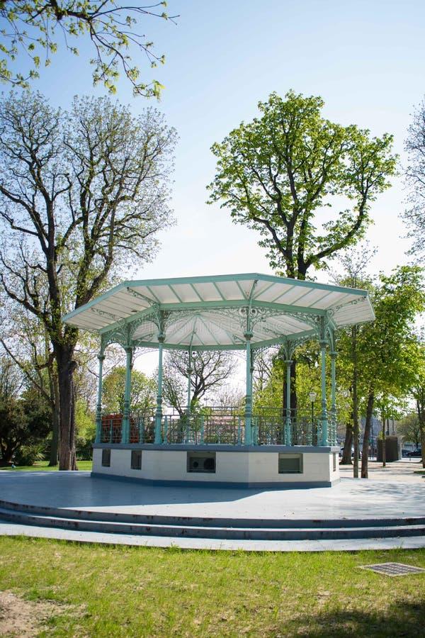 音乐报亭在ChampsÂ埃利塞,巴黎庭院里  Kiosque des冠军Elysées 免版税库存照片