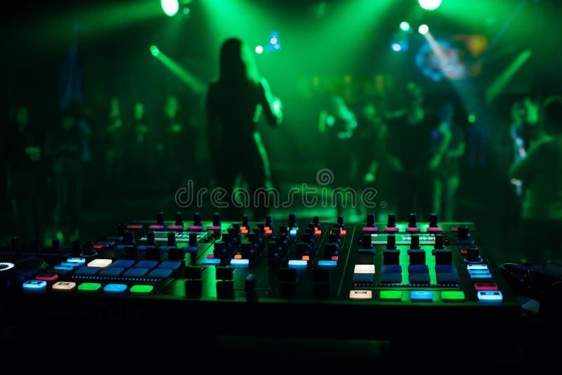 音乐搅拌器DJ专业混合的控制器板电子音乐 免版税库存照片