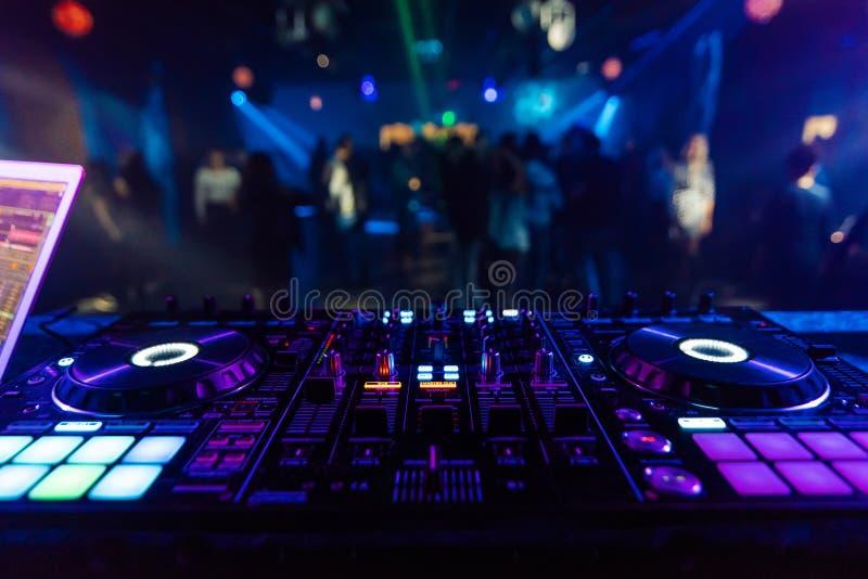 音乐搅拌器DJ专业混合的控制器板电子音乐 免版税库存图片