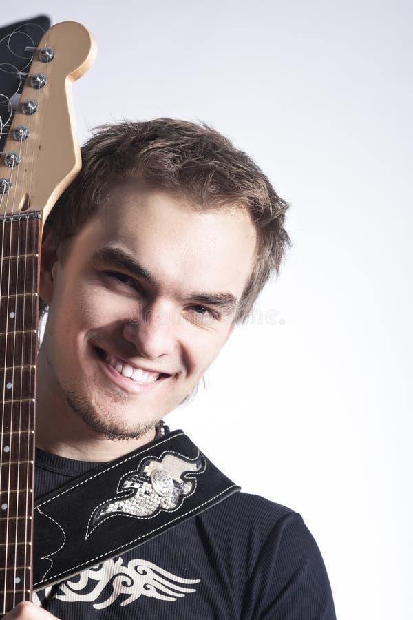 音乐概念和想法 摆在与仪器的白种人男性吉他演奏员画象  免版税图库摄影