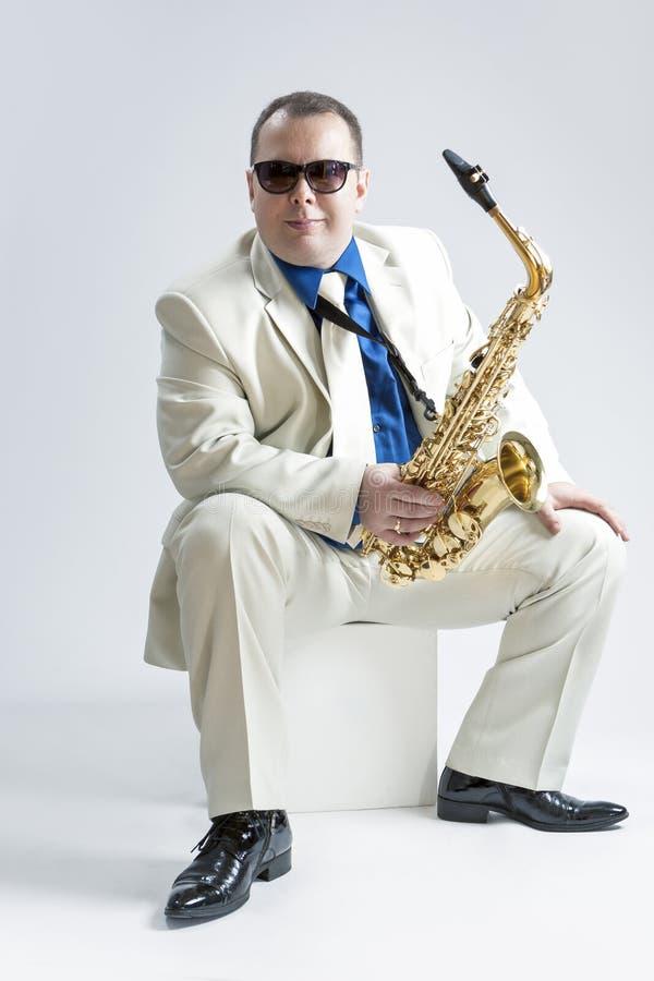 音乐概念和想法 男性时髦的萨克管演奏员画象  库存图片