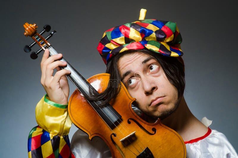 音乐概念的滑稽的小提琴小丑球员 库存图片