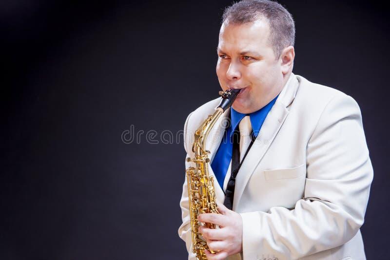 音乐概念 传神成熟白种人男性萨克管演奏员 库存照片