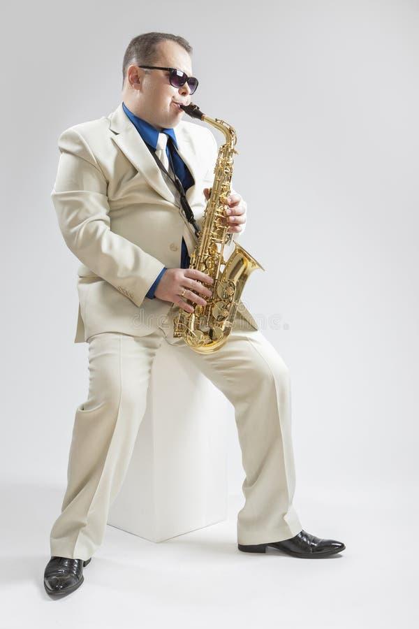 音乐概念 使用在演播室的Hadnsome男性萨克管演奏员 免版税库存照片